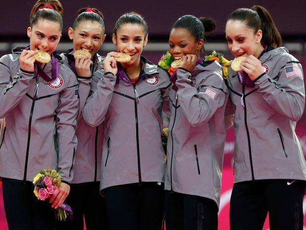 Amerykanki dumnie prezentują złote medale (fot. Getty Images)