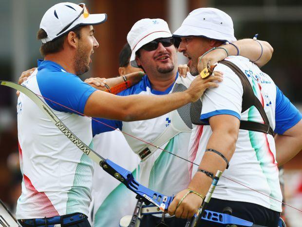 Mauro Nespoli, Marco Galiazzo i Michele Frangilli świętują zdobycie olimpijskiego złota (fot. Getty Images)