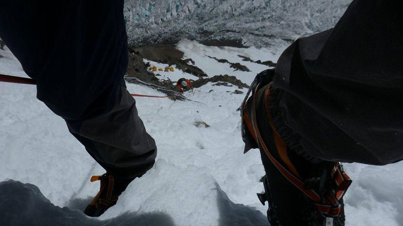 Eksponowane podejście powyżej obozu I. Kilometr poniżej lodowiec Godwin Austin (fot. Jarosław Bator)