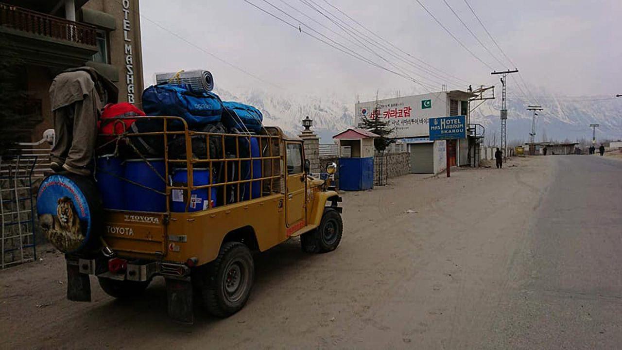 2 stycznia 2018 – himalaiści właśnie wyruszają jeepami do Askole (fot. Materiały prasowe/polskihimalaizmzimowy.com)