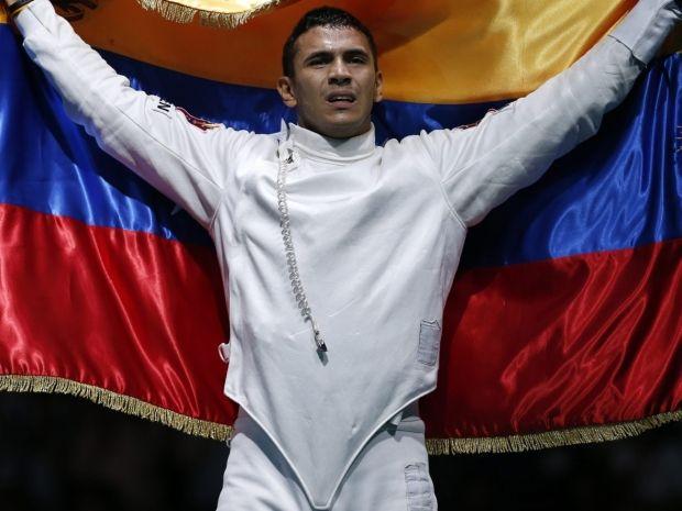 Ruben Limardo Gascon po zwycięstwie dumnie prezentował wenezuelską flagę (fot. Getty Images)