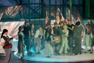 kolorowe-fantastyczne-kostiumy-21-poruszajacych-piosenek-bogata-scenografia-ten-spektakl-trzeba-zobaczyc-fot-olga-cieslar