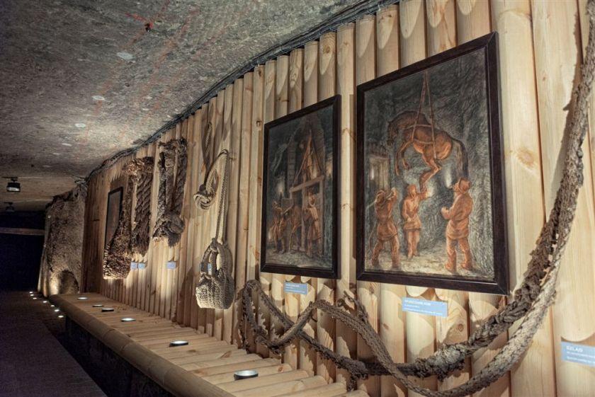 01_Fragment stałej ekspozycji Muzeum Żup Krakowskich Wieliczka z obrazami Alfonsa Długosza, fot. B. Papież