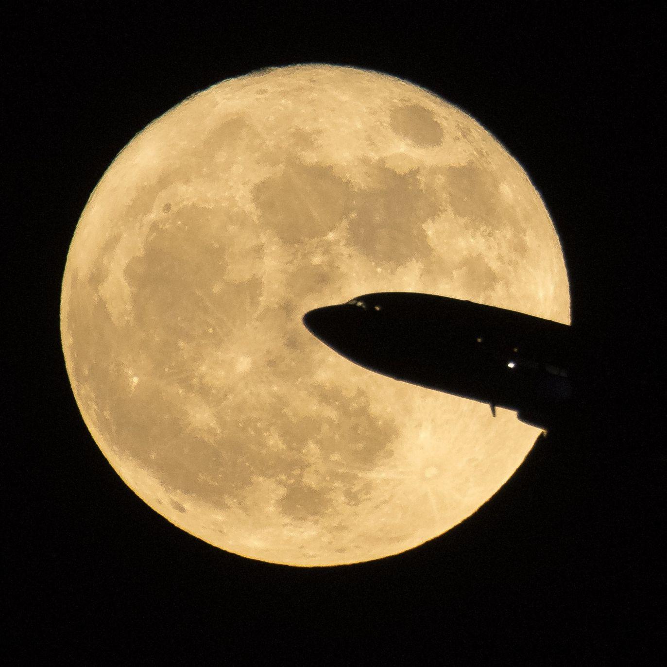 Samolot startujący z lotniska w Waszyngtonie (fot. PAP/EPA/NASA/Bill Ingalls)