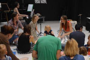 maluszki-obserwuja-i-ucza-sie-od-starszych-dzieci-i-od-rodzicow-jak-mozna-cieszyc-sie-muzyka