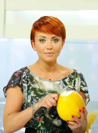 Kasia Zielińska z pełnym zaangażowaniem obiera pamelo (fot. Agencja Forum)