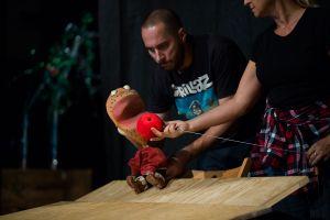 bohaterem-spektaklu-jest-sympatyczny-niemowlak-o-imieniu-nono-ktory-wyrusza-na-spotkanie-z-dziwami-przyrody-fot-teatr-dzieci-zaglebia