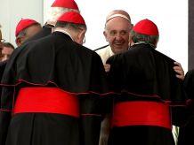 Papież wita się z kardynałami (fot. PAP/Jacek Turczyk)