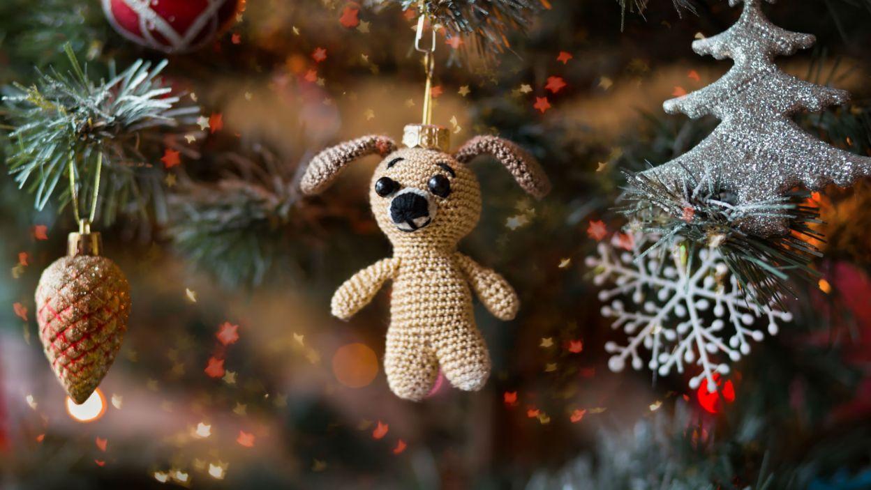 Drzewka obwieszone pluszowymi maskotkami są po prostu urocze (Fot. Shutterstock)