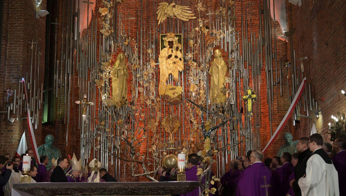W kościele św. Brygidy w Gdańsku dokonano uroczystego odsłonięcia i poświęcenia Bursztynowego Ołtarza Ojczyzny (fot. PAP/Adam Warżawa)