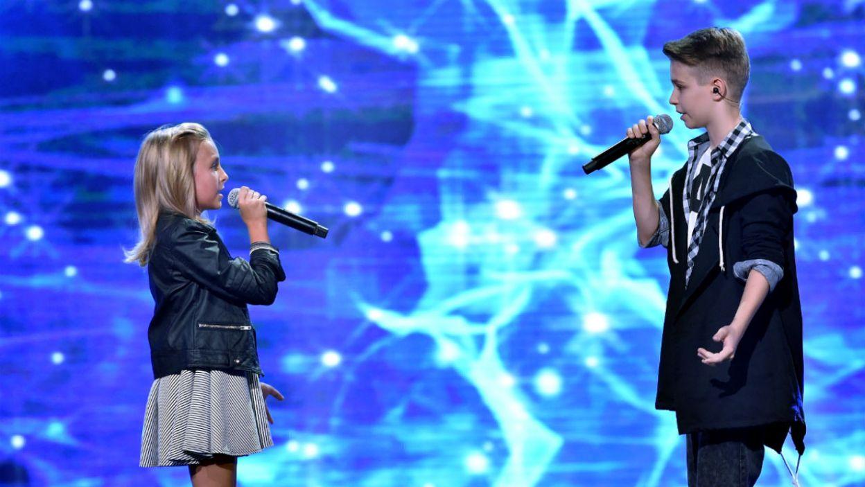 """Alan i Amelia porwali się z motyką na słońce, wybierając  utwór """"One"""" z repertuaru U2. Czy podołali wyzwaniu? (fot. I. Sobieszczuk/TVP)"""