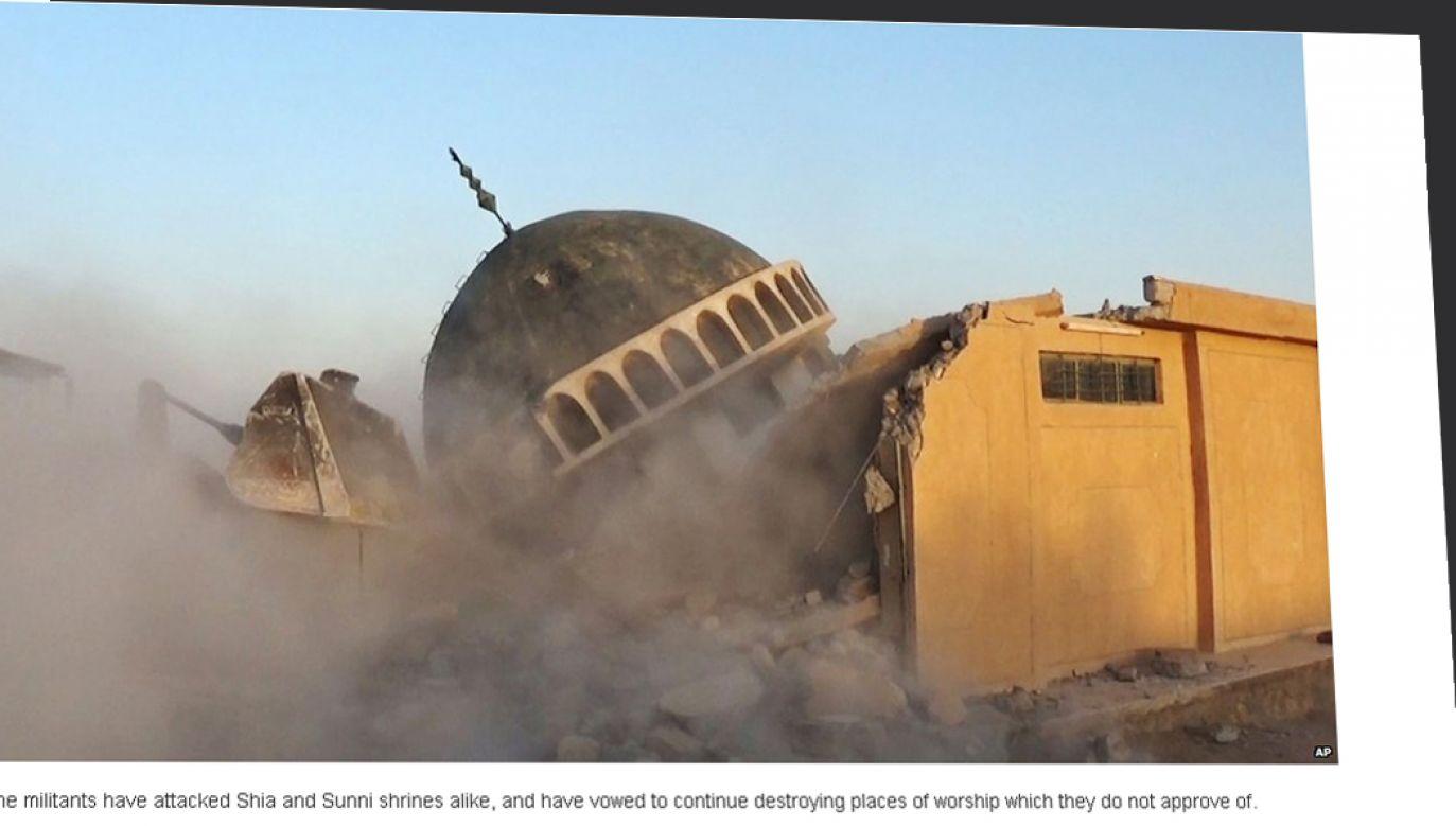 Zdjęcia ukazują buldożery przebijające ściany świątyń, inne wysadzanie meczetów za pomocą ładunków wybuchowych (fot. bbc.com).