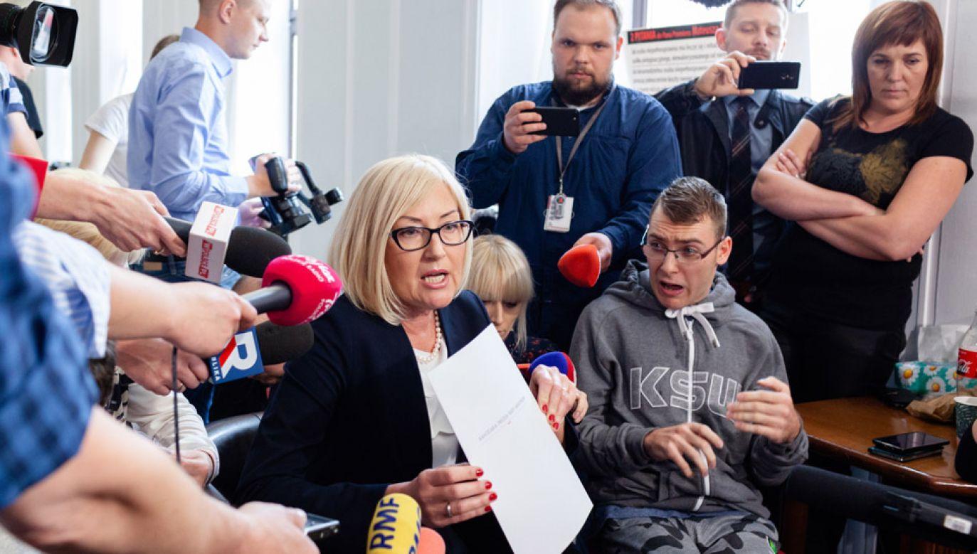 Joanna Kopcińska spotkała się z protestującymi w Sejmie rodzicami i opiekunami dzieci niepełnosprawnych (fot. PAP/Adam Guz)
