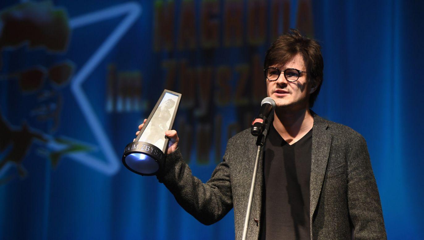 """Aktor Dawid Ogrodnik za rolę w filmie """"Cicha noc"""" otrzymał Nagrodę im. Zbyszka Cybulskiego (fot. PAP/Marcin Kmieciński)"""