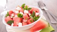 Sałatka arbuzowa to doskonały sposób na letnie orzeźwienie (fot. Shutterstock)