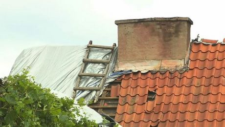 Silna wichura pozrywała kilka dachów na budynkach gospodarczych