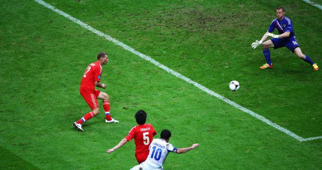 Piłkarza po strzale Karagounisa znalazła drogę do bramki (fot. Getty Images)