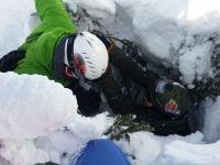 Snowboardzista wpadł do studni drzewnej w Beskidach. Akcja GOPR