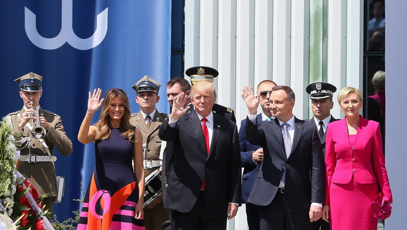 Prezydent Stanów Zjednoczonych Ameryki Donald Trump z małżonką Melanią Trump i przezydent RP Andrzej Duda z małżonką Agatą Kornhauser-Dudą na placu Krasińskich w Warszawie (fot. arch. PAP/Paweł Supernak)