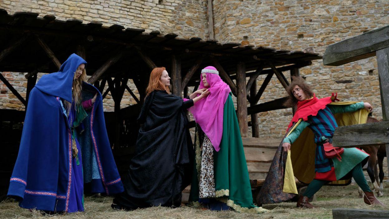 Z pomocą minstrela i swoich dwórek księżniczka wymyka się z zamku na spotkanie z bratem – Olgierdem (fot. Marcin Makowski/TVP)