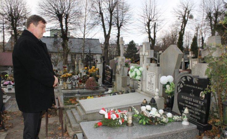 Prezydent Elbląga złożył dziś kwiaty na grobach dwóch elblążan - ofiar Grudnia `70.