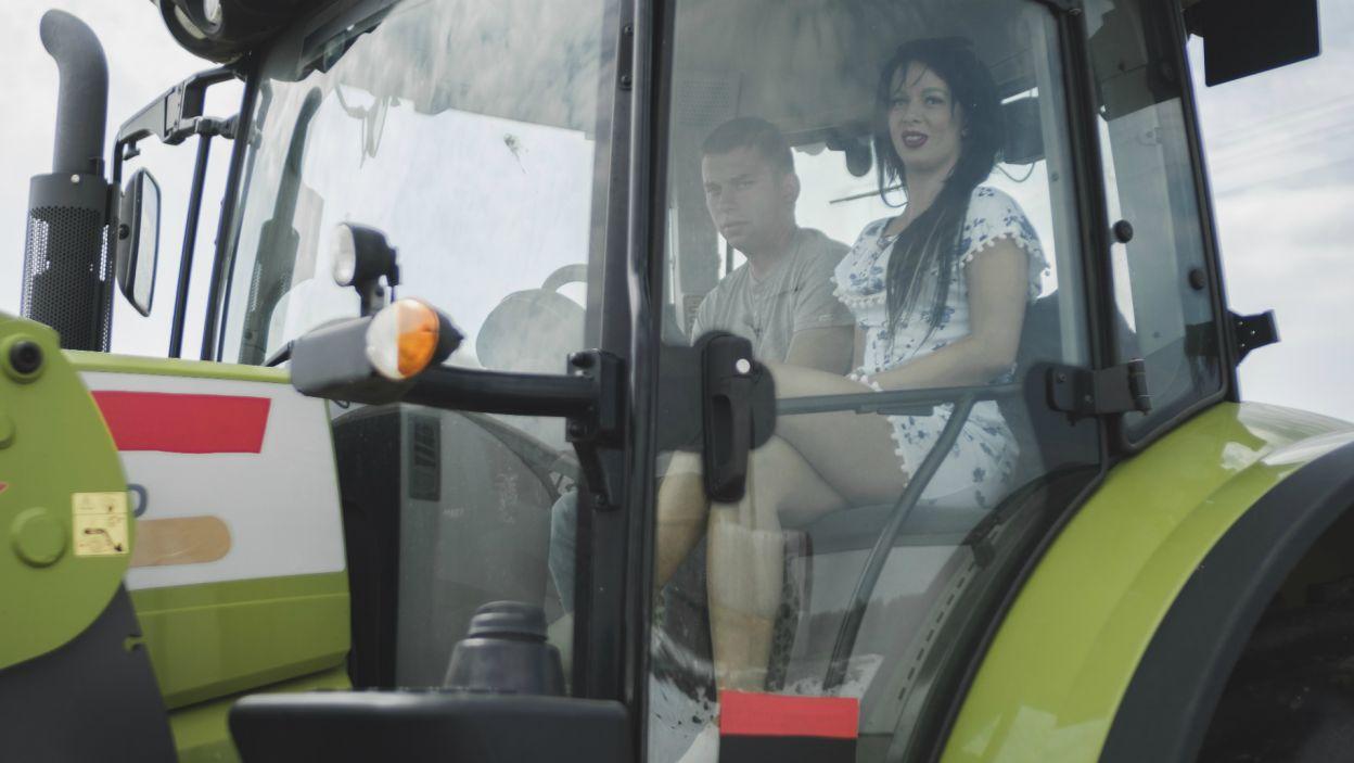 Nie bryczką a traktorem, również Krzysztof zabrał na przejażdżkę jedną z kandydatek (fot. TVP)