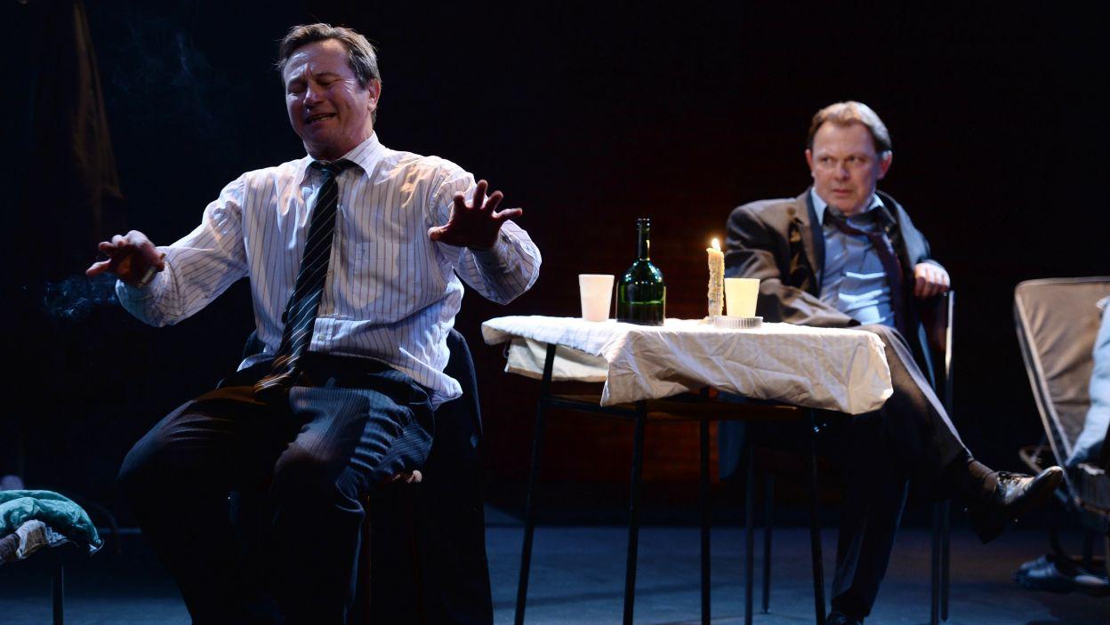 Gdzieś, poza krajem, bytują wspólnie dwaj mężczyźni (fot. Jan Bogacz/TVP)