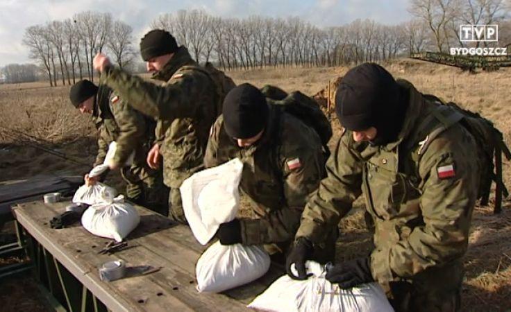 Żołnierze ćwiczą kruszenie lodowych zatorów