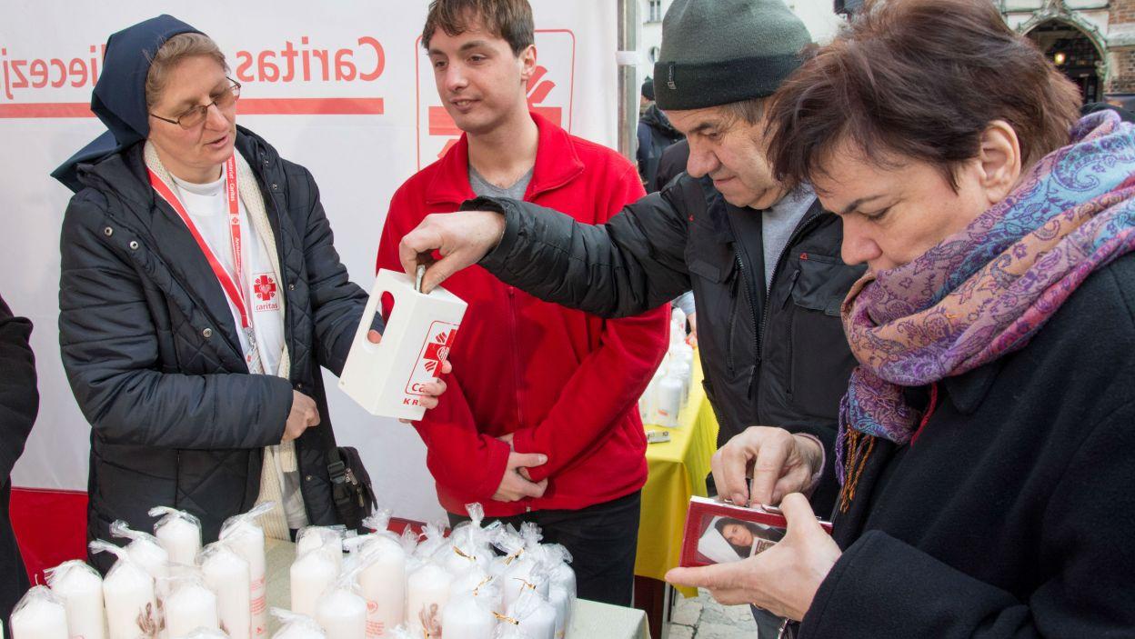 Od początku sprzedano ponad 50 milionów świec, które Polacy tak chętnie palą na świątecznych stołach (fot. Caritas)
