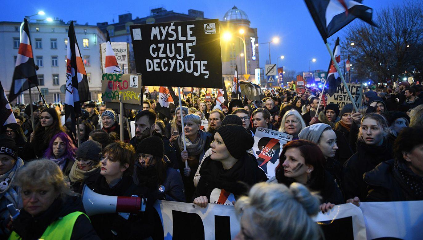 Ogólnopolski Strajk Kobiet, 23 bm. przed Sejmem w Warszawie. Protesty kobiet związane są z pozytywnym zaopiniowaniem przez sejmową komisję Sprawiedliwości i Praw Człowieka projektu