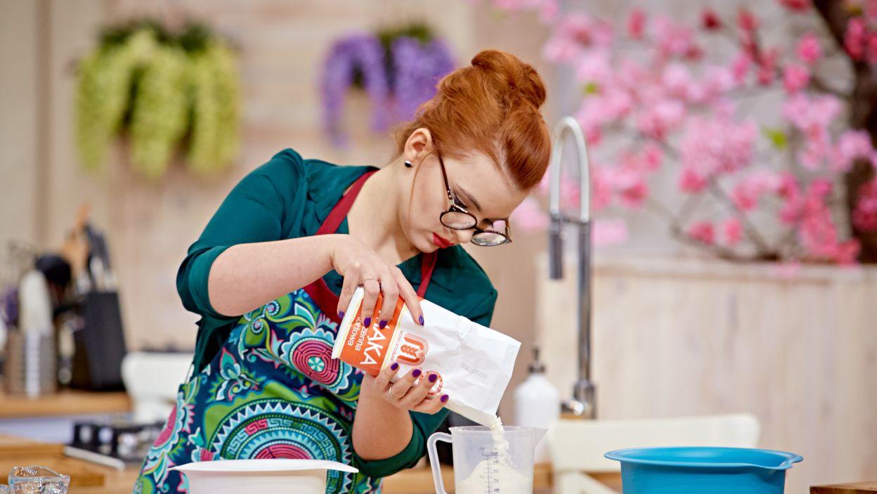 Żeby przygotować cebularz potrzebna jest  mąka i mleko (fot. TVP)
