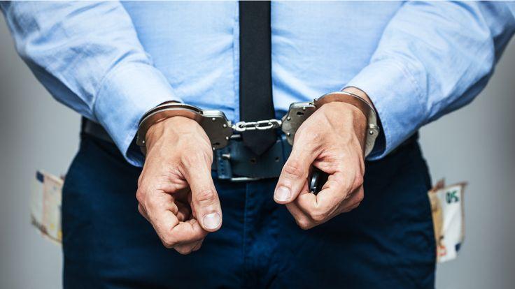 Trzej urzędnicy stołecznego ratusza zostali zatrzymani w poniedziałek przez CBA (fot. Shutterstock/ronstik)