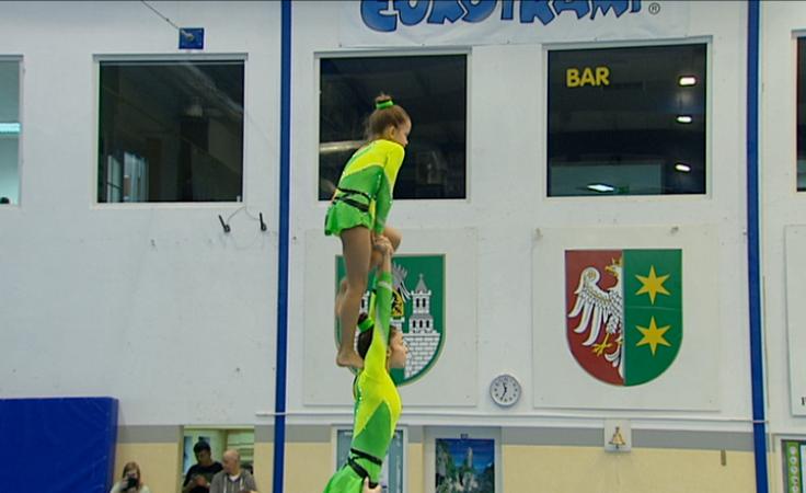 Młodzi sportowcy rywalizują w skokach na trampolinie