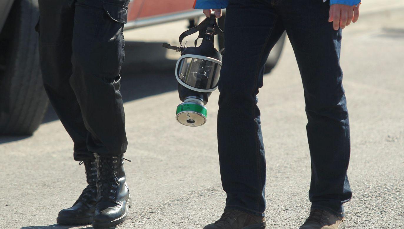 Instalacja z amoniakiem została zakręcona, strażacy szukają miejsca, w którym się wydostał (fot. Tomasz Waszczuk/PAP)
