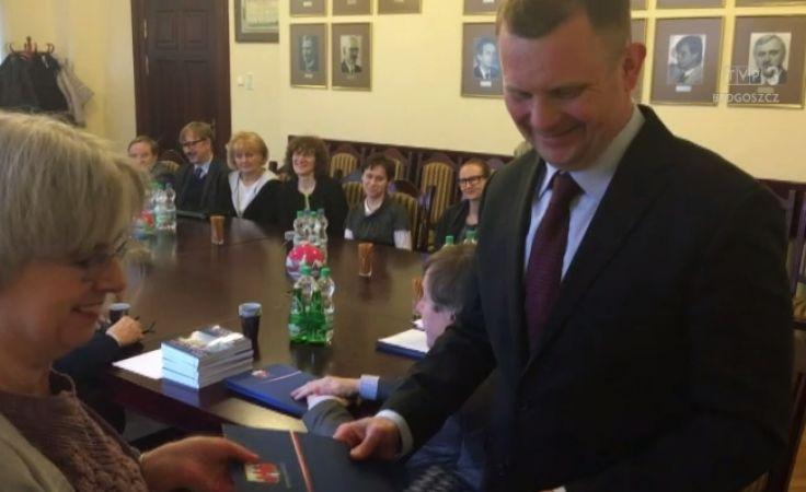 Wolontariusze otrzymali wyróżnienia z rak wiceprezydenta Kozłowicza