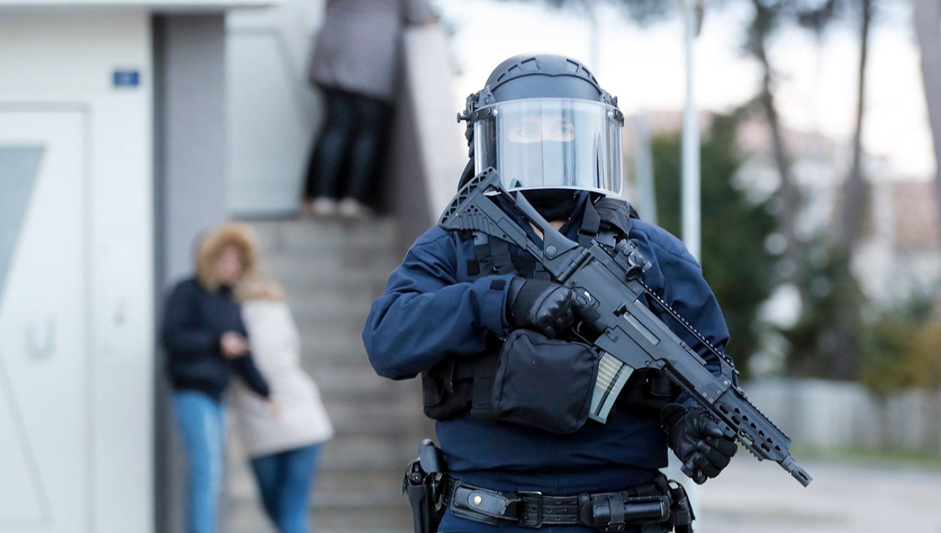 Francuskie władze chwalą odwagę policjanta, który oddał się w ręce uzbrojonego napastnika w Trebes (fot. PAP/EPA/GUILLAUME HORCAJUELO)