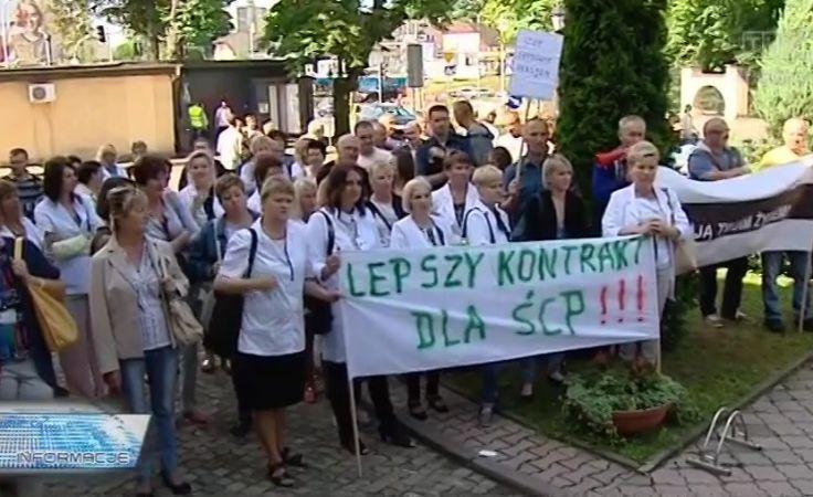 Pracownicy ŚCP pikietowali przed NFZ w Kielcach