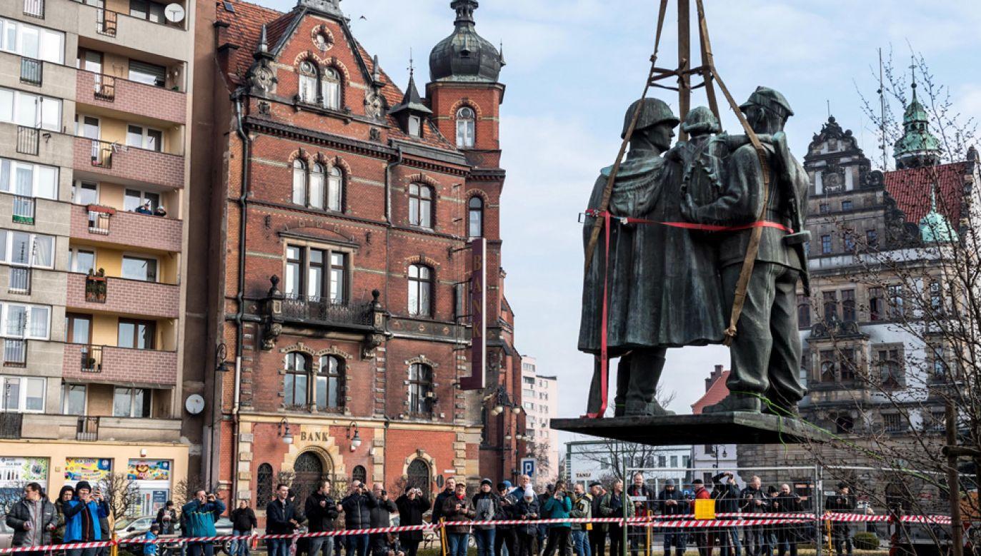 Rozbiórce przyglądali się mieszkańcy miasta (fot. PAP/Maciej Kulczyński)