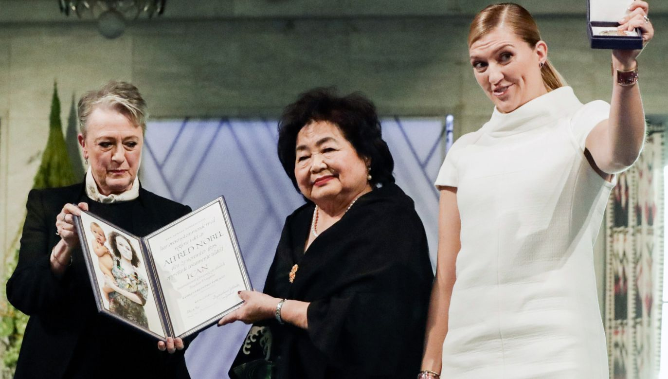 Szefowa Międzynarodowej Kampanii na rzecz Zniesienia Broni Nuklearnej (ICAN) Szwedka Beatrice Fihn (P) i Japonka Setsuko Thurlow (C) odebrały z rąk przewodniczącej Norweskiego Komitetu Noblowskiego Berit Reiss-Andersen (L) Pokojową Nagrodę Nobla (fot. PAP/EPA/Berit Roald)