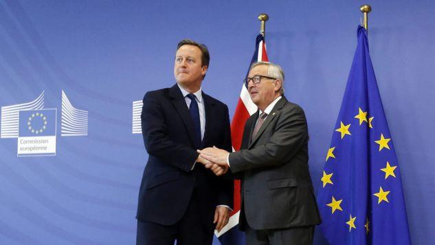 Premier Wielkiej Brytanii David Cameron i szef Komisji Europejskiej Jean-Claude Juncker (fot. PAP/EPA/OLIVIER HOSLET)