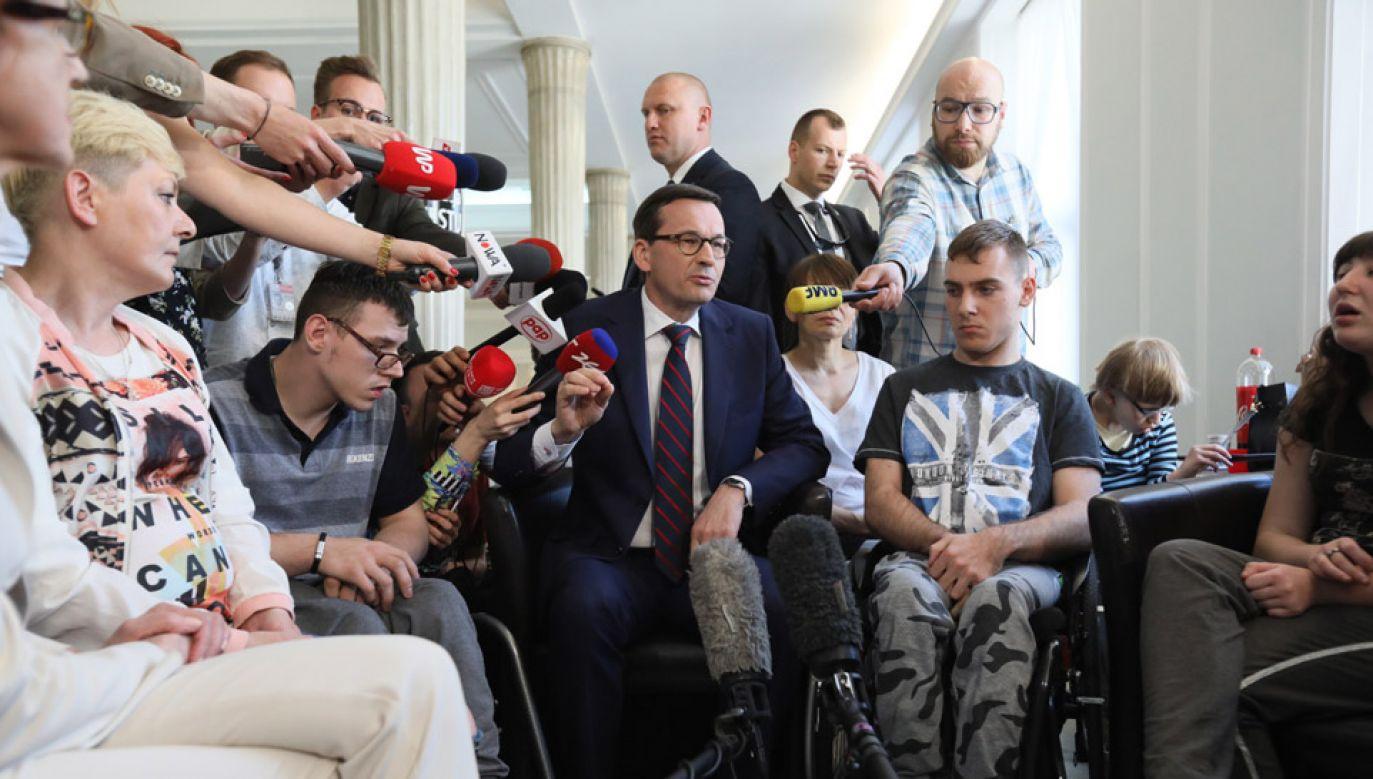 Premier Mateusz Morawiecki spotkał się z protestującymi rodzicami osób niepełnosprawnych w Sejmie (fot. PAP/Leszek Szymański)