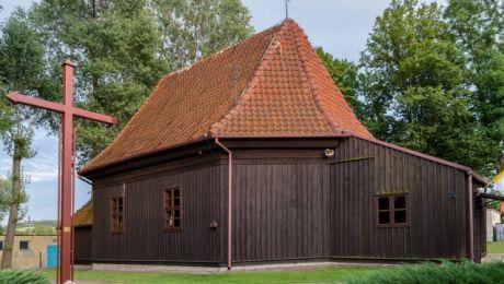 Drewniany kościół w Pietrzwałdzie, na granicy z Ziemią Lubawską (fot. mazury.travel)