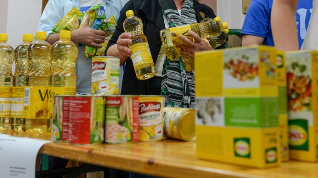 Zebrane produkty trafią do najbiedniejszych (fot. PAP/Marcin Obara)