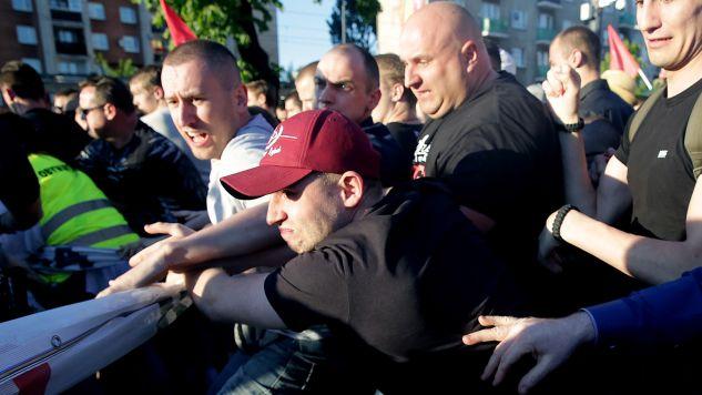 Przepychanki przed Teatrem Powszechnym w Warszawie (PAP/Tomasz Gzell)