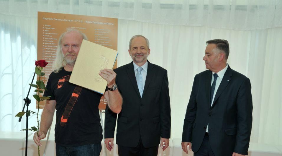 Andrzej Sikorowski z jubileuszową nagrodą (fot. Ireneusz Sobieszczuk/TVP)