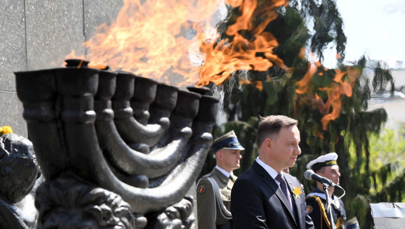 Prezydent Andrzej Duda podczas uroczystości przed Pomnikiem Bohaterów Getta w Warszawie (fot. PAP/Radek Pietruszka)