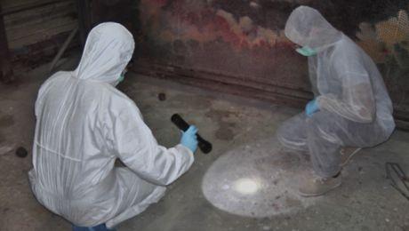 Funkcjonariusze z Laboratorium Kryminalistycznego KWP Olsztyn przy pracy na miejscu zdarzenia. (fot. KWP Olsztyn).