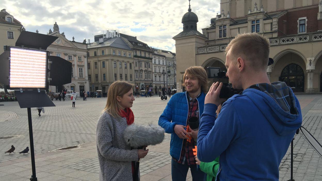Prowadzący gotowi do kolejnego nagrania (fot. TVP)