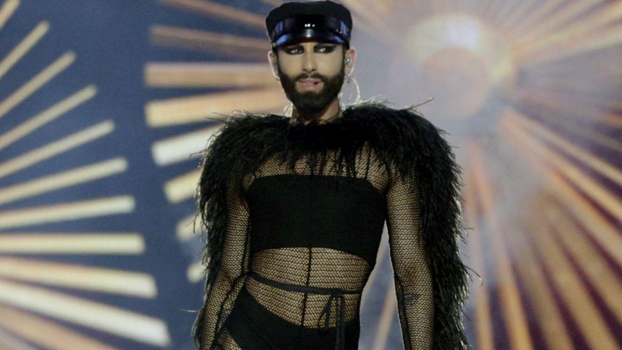 """Eurowizja jak zwykle zaskakuje! Na scenie pojawili się zwycięzcy Eurowizji, którzy śpiewali  piosenki innych zwycięzców. Austriacka drag queen Conchita Wurst wykonała utwór """"Heroes"""", którym Eurowizję w 2015 roku wygrał Szwed Måns Zelmerlöw (fot. PAP/EPA)"""