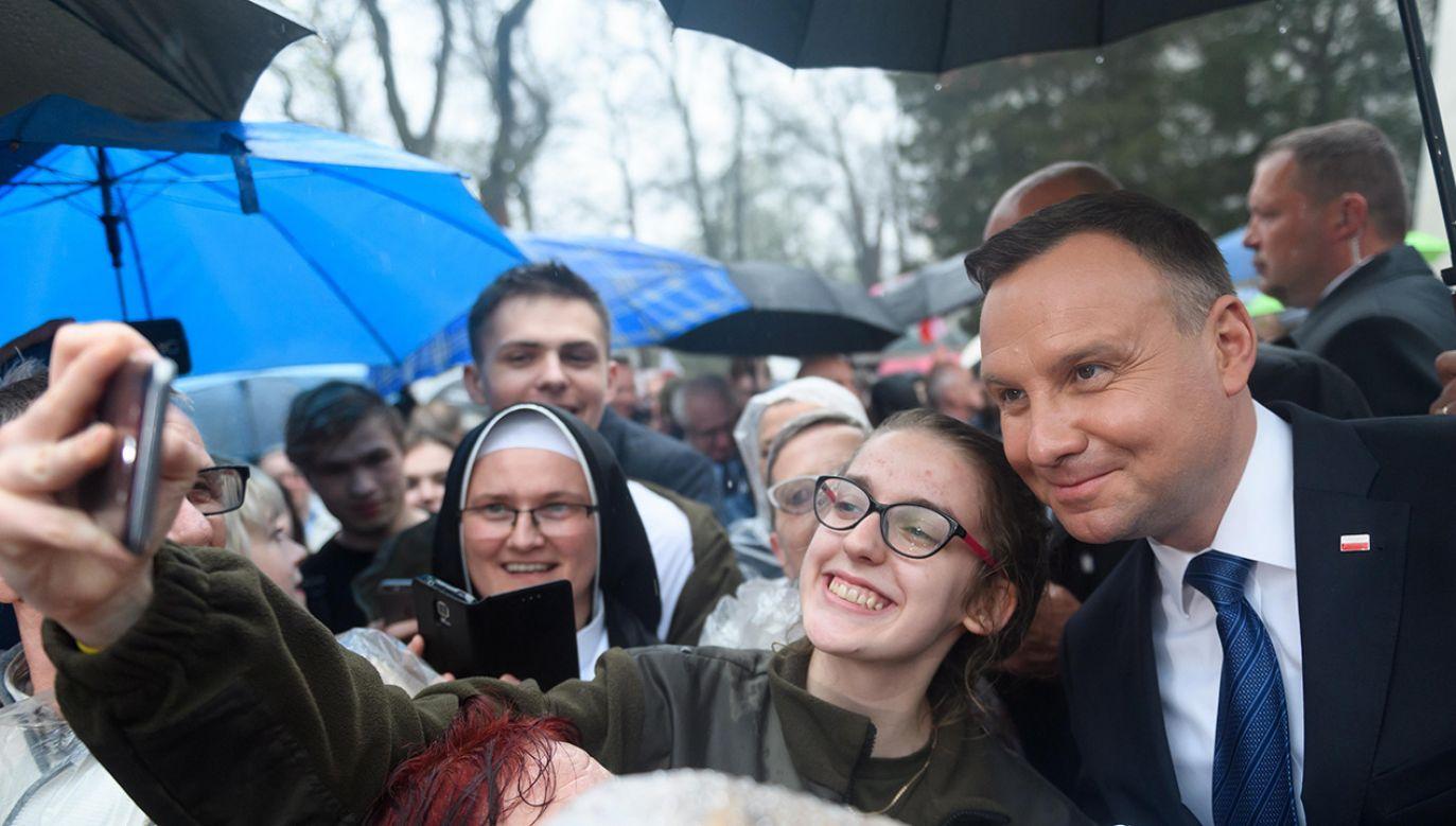 Prezydent Andrzej Duda podczas spotkania z mieszkańcami miasta na błoniach Zamku Górków w Szamotułach (fot. arch. PAP/Jakub Kaczmarczyk)